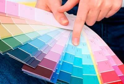 Цвет обоев должен сочетаться с предметами интерьера